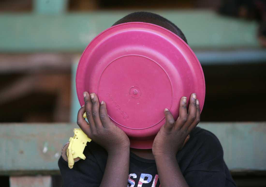 En pojke i Nairobi i Kenya får mat hos en hjälporganisation. Arkivbild