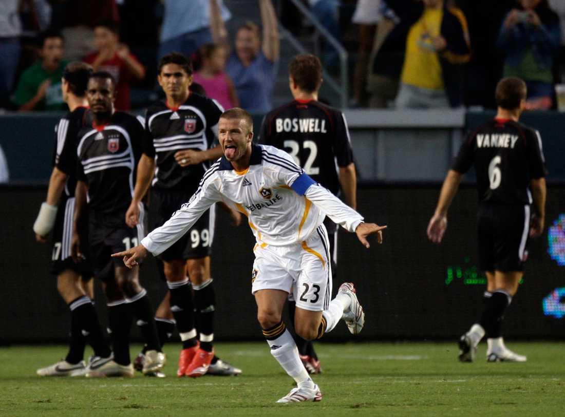 Firar ett frisparksmål mot DC United för sin nya klubb Los Angeles Galaxy i augusti 2007.