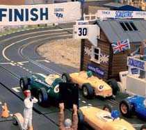 Tävlingen startar när den brittiska flaggan rör sig, det sköts med hjälp av en pianotråd under banan.