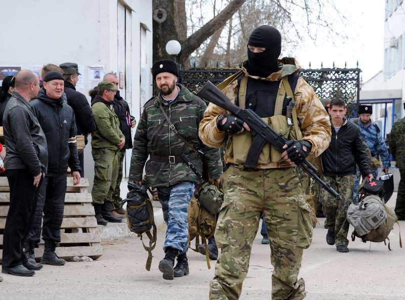 Här tar de över Två ukrainska militärbaser på Krimhalvön har fallit i ryska händer. Ukrainska soldater gick ut på rad från marinens högkvarter i Sevastopol, bevakade av ryska soldater. Ukrainska regeringen arbetar nu med att evakuera soldater som är instängda på Krim.