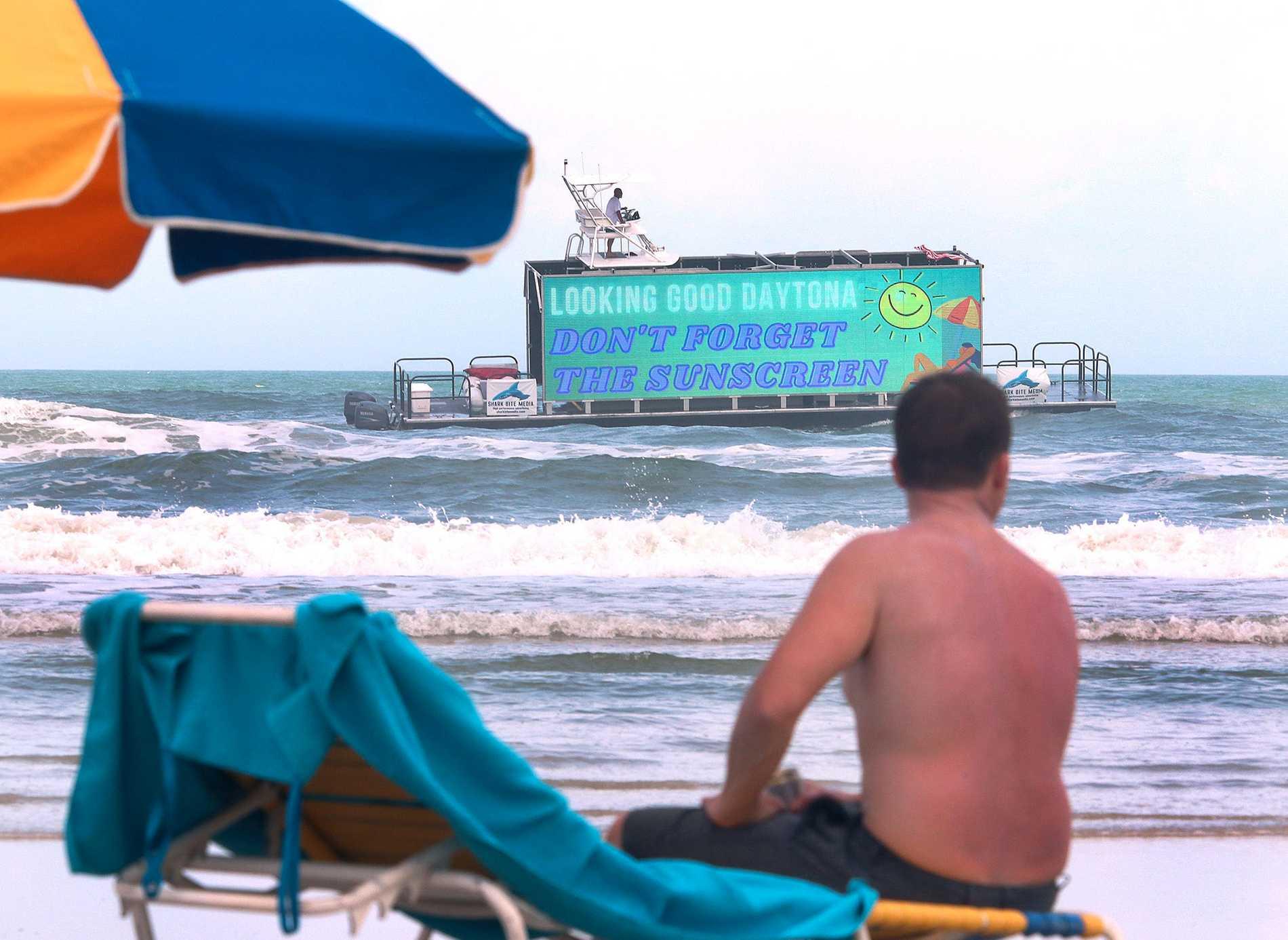 En reklambåt passerar en badstrand i Florida. Nu har ett svensk företag tagit idén till Stockholm.