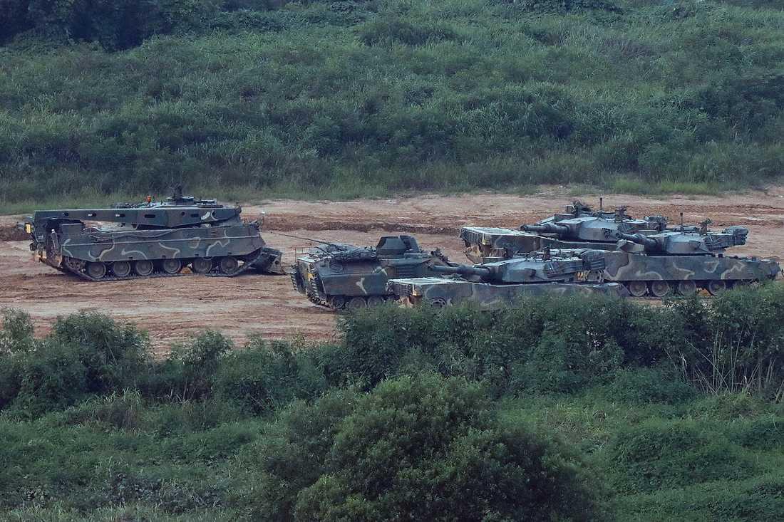 Sydkoreans militär övar i närheten av Nordkoreanska gränsen på söndagsmorgonen.