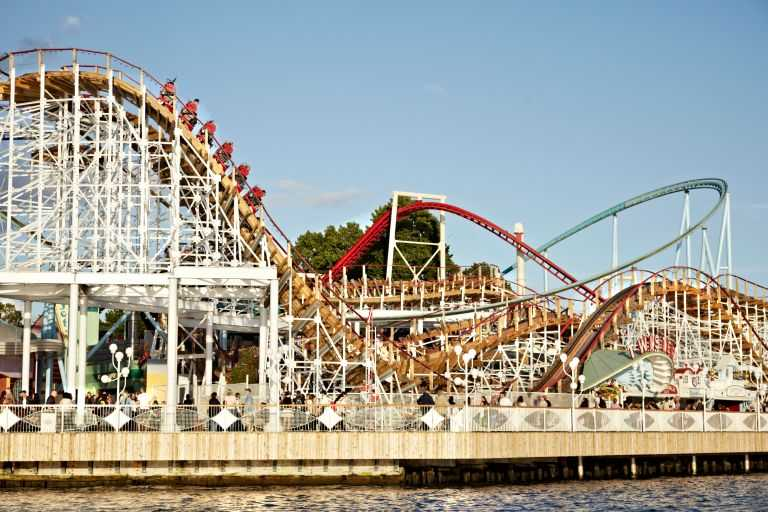 The attraction can reach a top speed of 61 kilometers per hour.