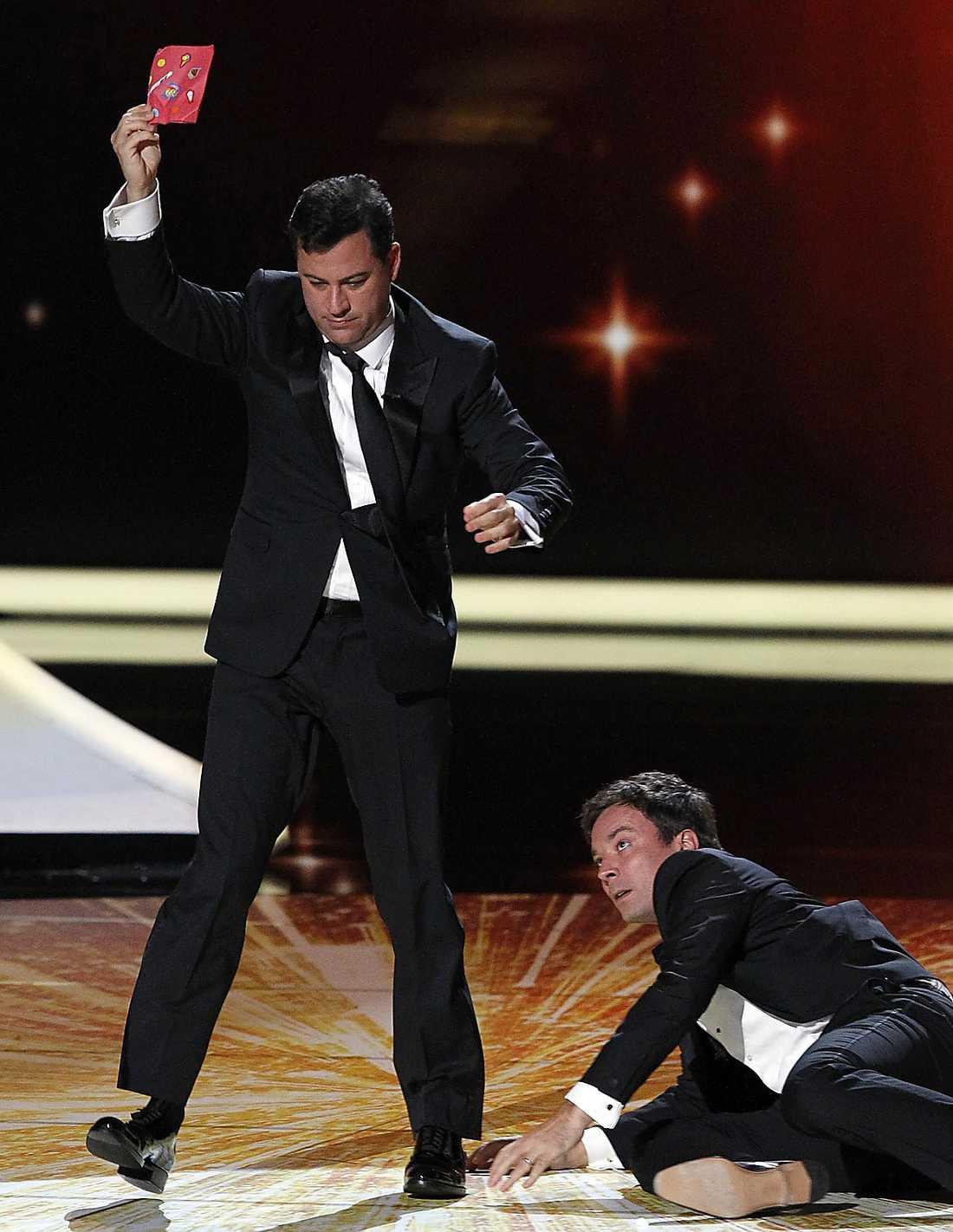 Talkshow-värdarna Jimmy Kimmel och Jimmy Fallon gick in tillsammans på scen för att presentera ett pris – vilket slutade med kalabalik.