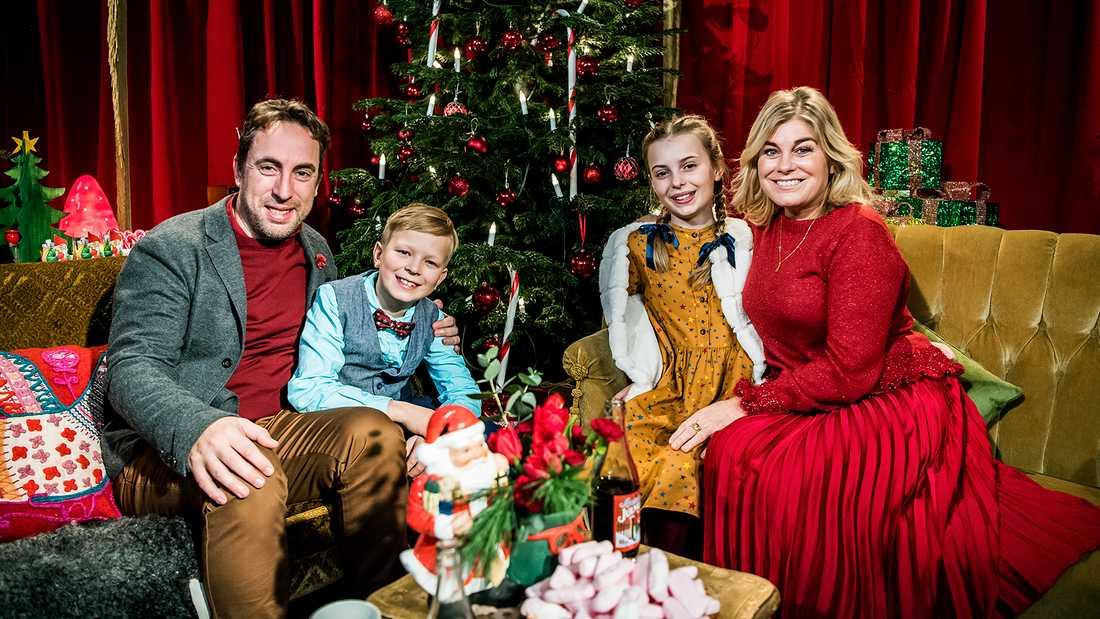"""Per Andersson, Elis Nyström, Elisabeth Drejenstam och Pernilla Wahlgren har huvudroller i julkalendern """"Panik i tomteverkstan""""."""