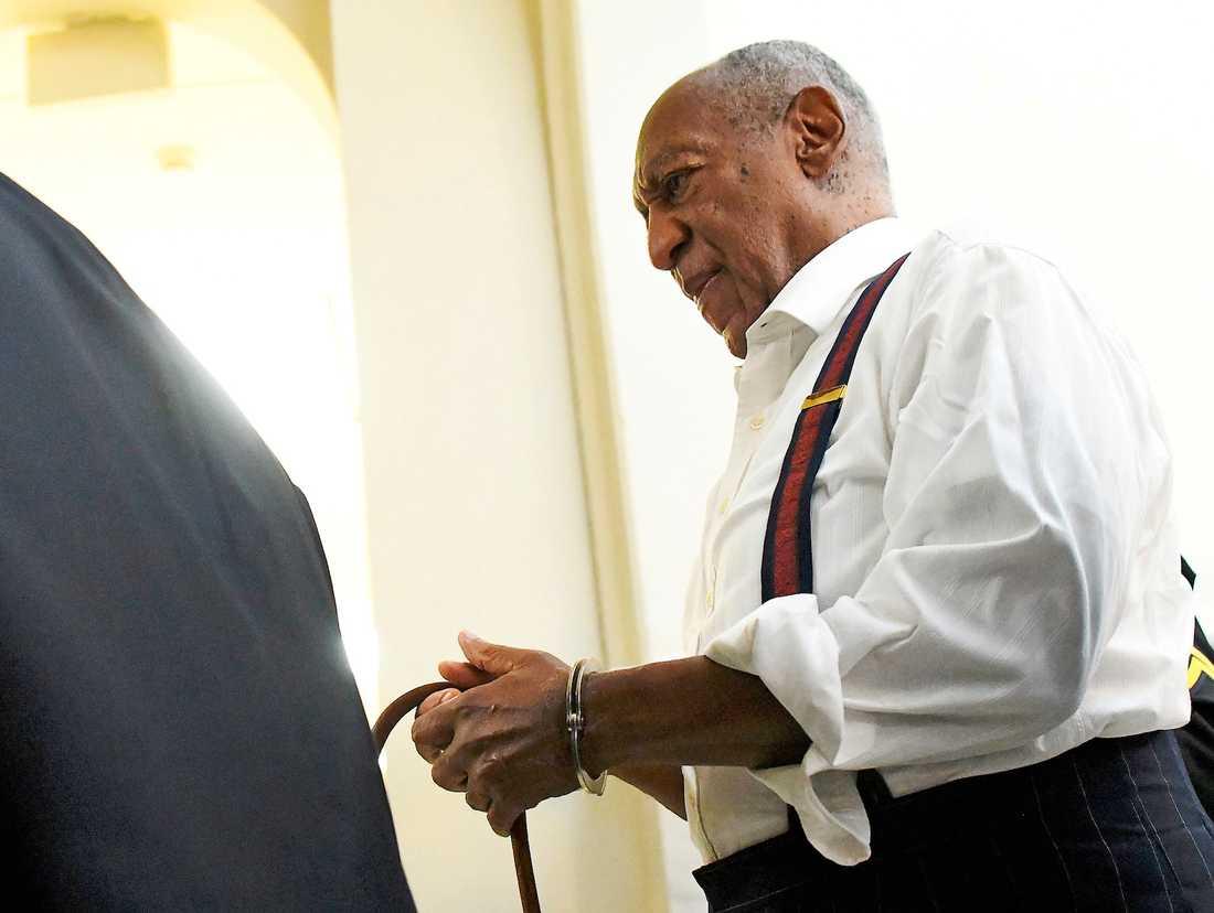 Bill Cosby förs bort efter att påföljden i rättegången förkunnats.