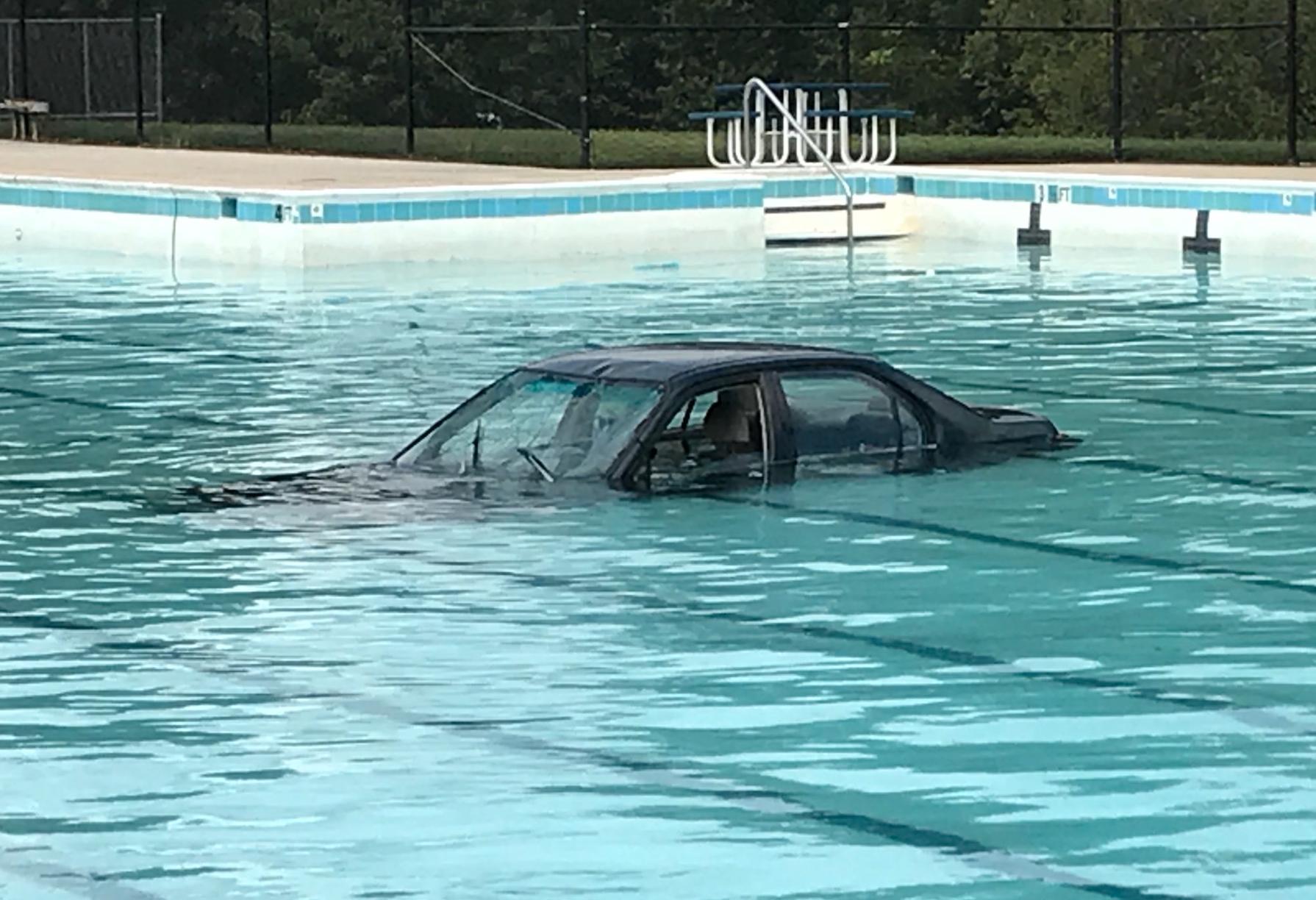Bilen hamnade i poolen när kvinnan skulle öva på parkering.