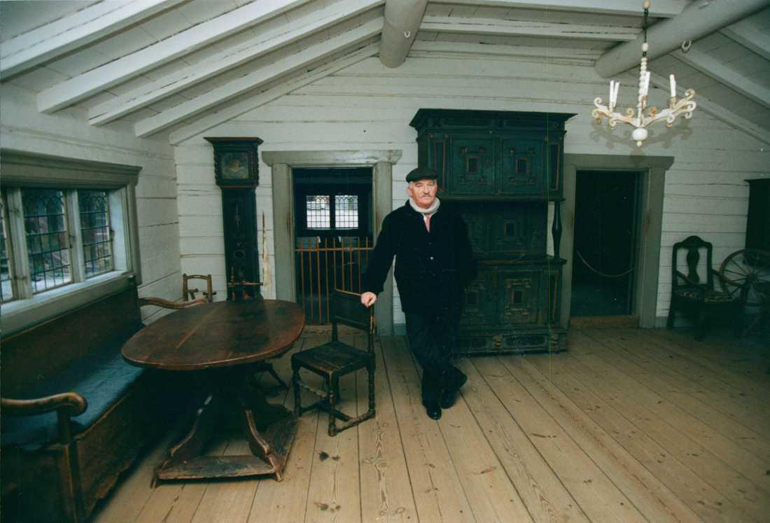 Hasse Alfredson i ett äldre hus på Skansen 1993. Mellan 1992–1994 var han Skansens chef.