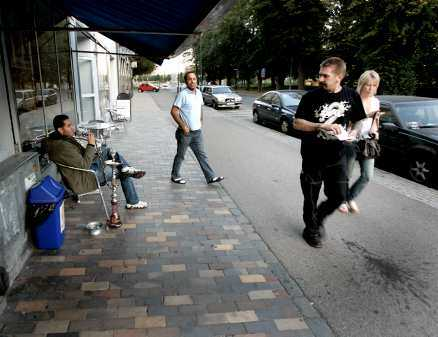 i landskrona syns invandrarna Visserligen finns det många invandrare i Landskrona, jämfört med andra svenska städer. Men den stora skillnaden är att de inte är undanskuffade i någon avlägsen förort. Alla tomma lägenheter i Landskronas centrum fylldes på 1990-talet med flyktingar från Bosnien, Kosovo och Mellanöstern. Här, utanför ett kafé på Östergatan, sitter gästerna och röker vattenpipa.