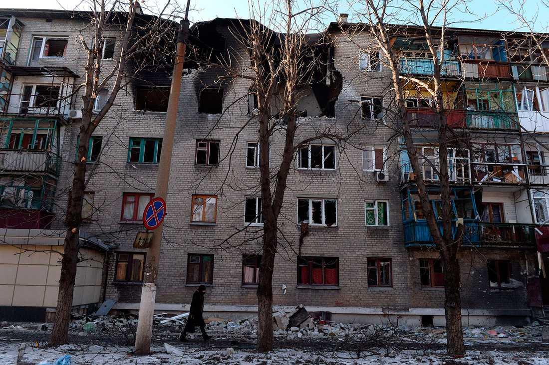 Beskjutet bostadshus i Debaltseve i östra Ukraina.