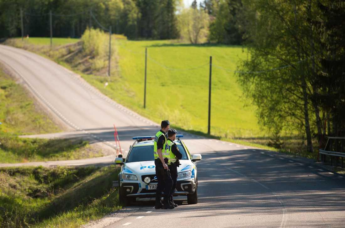Sex unga personer befann sig i bilen när den kraschade av vägen och in i skogen.