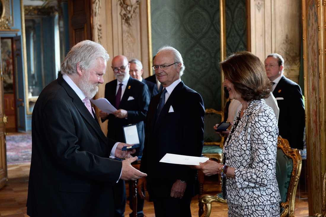 Kjell Albin Abrahamson fick 2015 ta emot H.M. konungens medalj i 8:e storleken högblått band från just kungen på Stockholms slott.