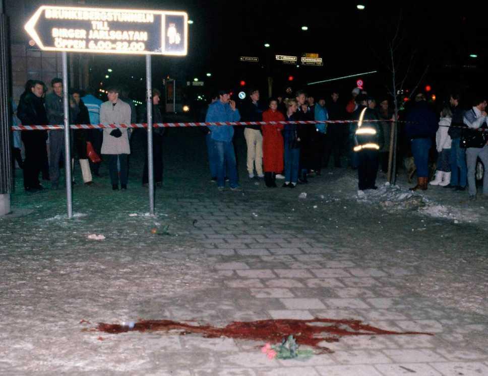 PALME SKÖTS PÅ ÖPPEN GATA Chockade stockholmare ser blodet på Sveavägen. Johan säger att han direkt kopplade samman mordet med erbjudandet han fick från en polisman, knappt ett halvår före mordet.