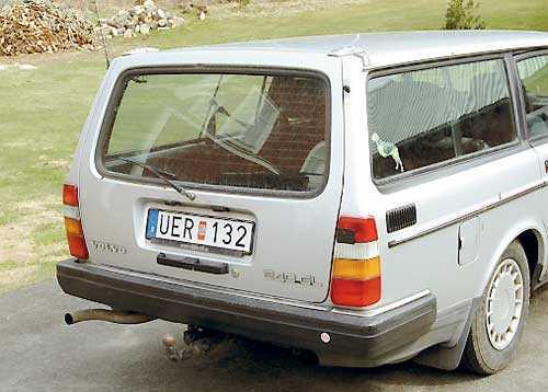 1. Vattenläcka På lite avstånd såg den här Volvon kanske inte så farlig ut. Men det läckte in vatten vid bakrutan och det brukar vara en säker indikation på rost.