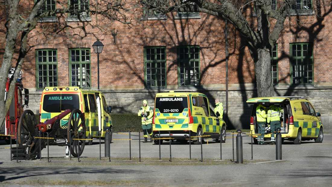 Tidigt på söndagsmorgonen upptäcktes ett misstänkt explosivt föremål vid Försvarsmaktens högvarter på Östermalm i Stockholm.