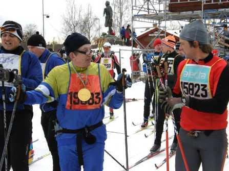 Lars-Erik Persson (t.v.) har gått i mål på Vasaloppet.