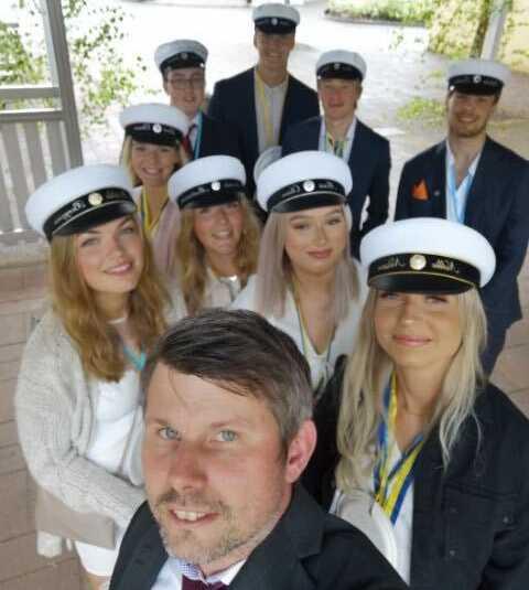 Läraren Henrik Nilsson Tröst tillsammans med eleverna Matilda, Amanda, Nellie, Mimi, Linn, Viktor, Jesper, Love, Wilhelm i SA17.