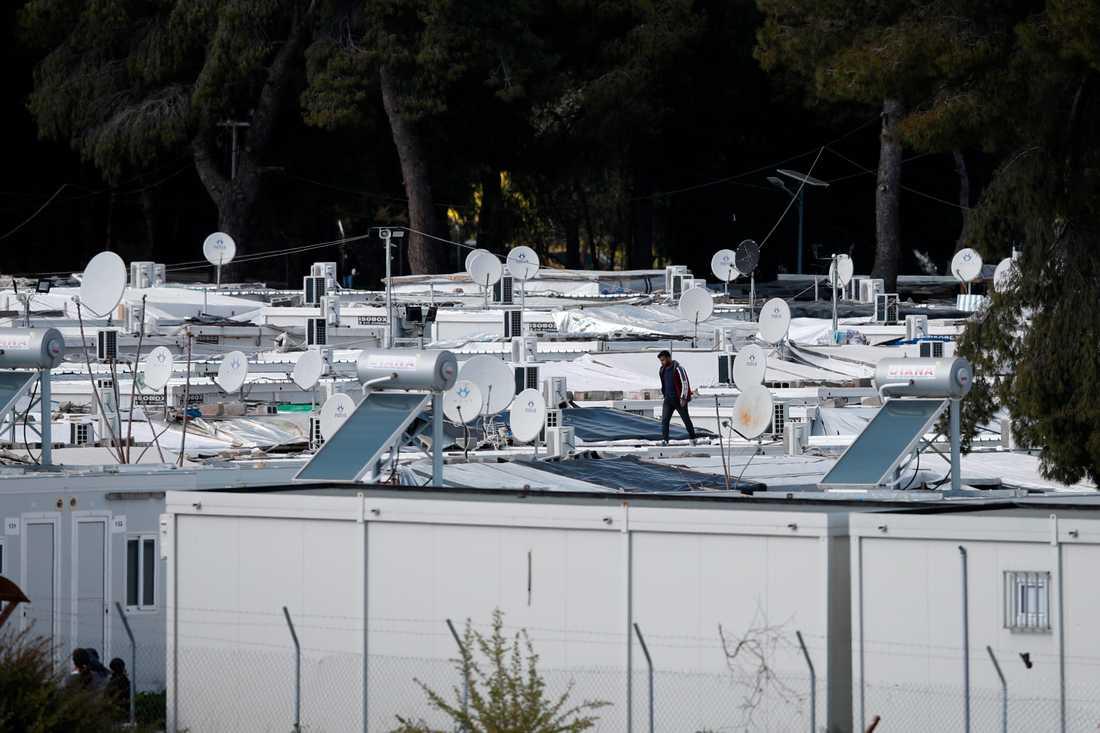 En migrant promenerar på taket av sin barack under karantänen som införts i lägret i Ritsona, runt åtta mil norr om Aten.