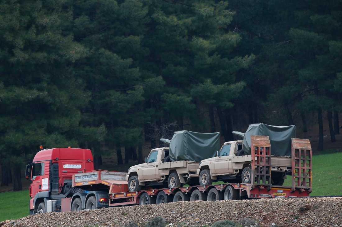 En turkisk militärkonvoj syns i närheten av Syriska gränsen.