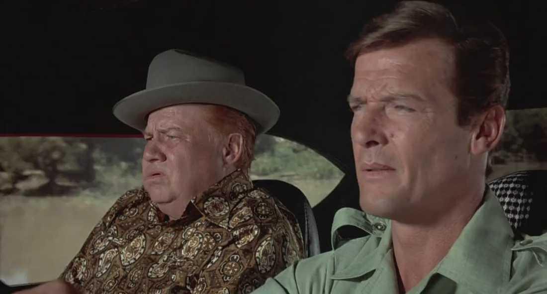 "Clifton James och Roger Moore i ""Mannen med den gyllene pistolen"" (1974)."