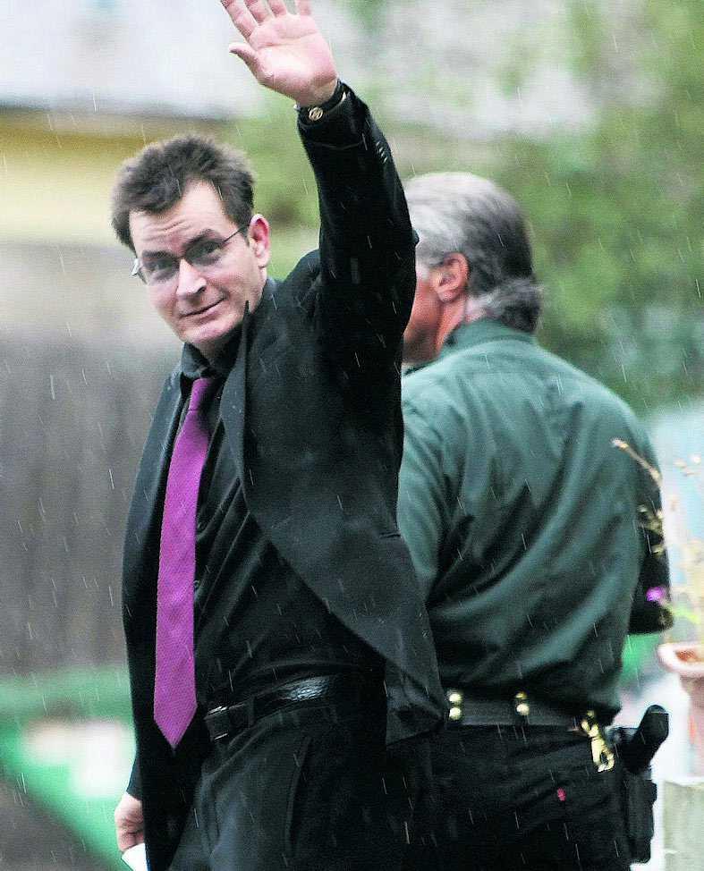 Charlie Sheen lämnar domstolen i Aspen. Efter förhandling med åklagaren dömdes han till 30 dagar på en avvänjningsklinik i Malibu.