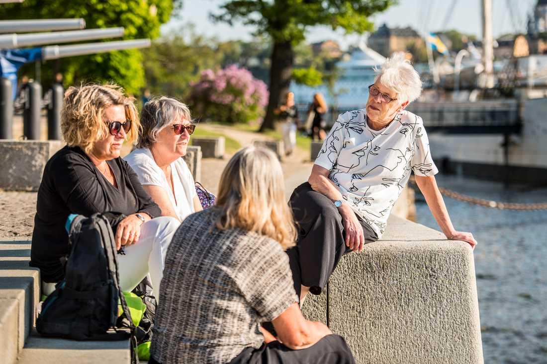 Yvonne Virf,  Ann Lundmark, Inga Widell och Karin Dahlberg njuter av sommarvädret i Stockholm.