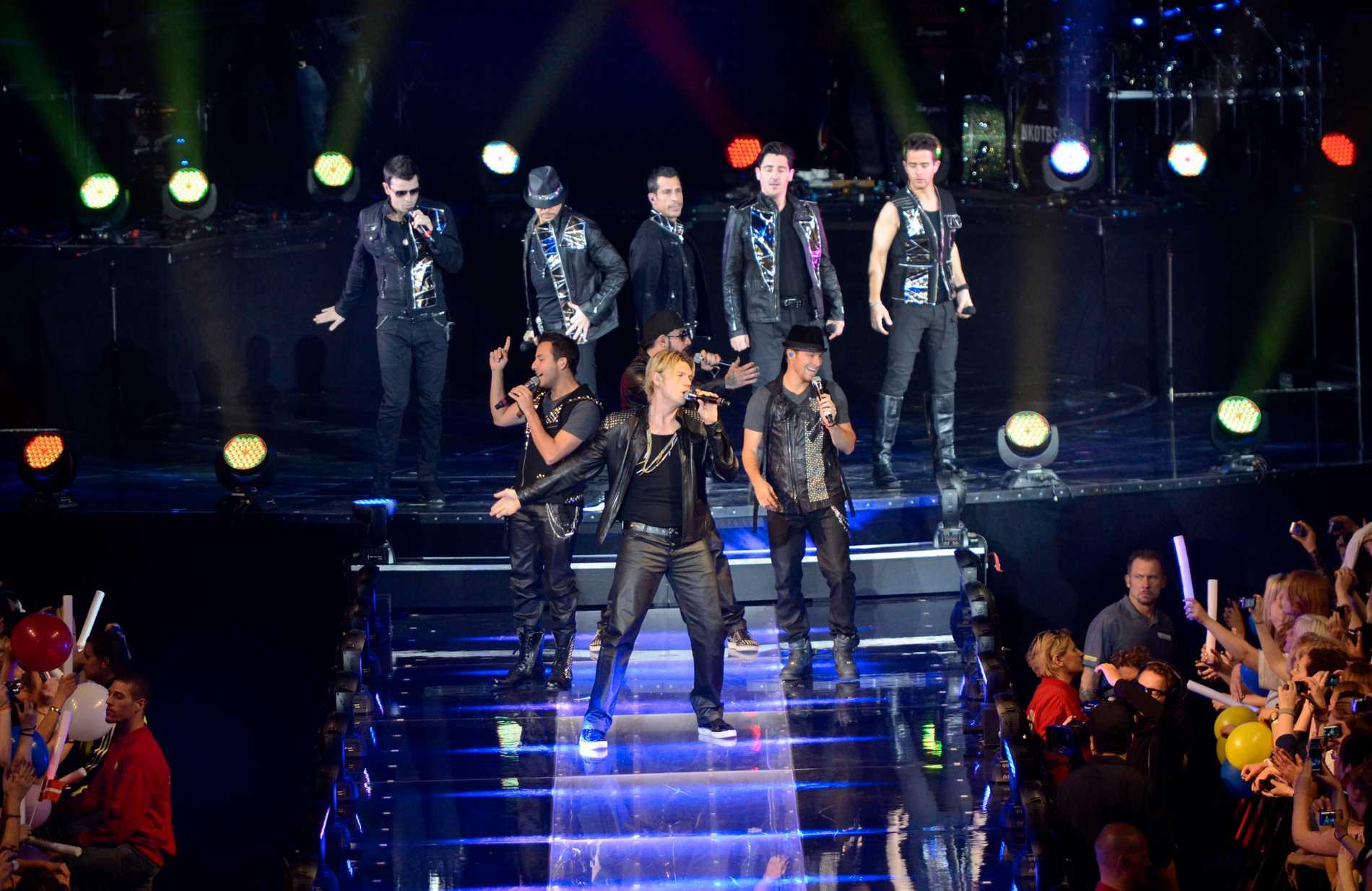 Backstreet Boys tillsammans med New Kids on the Block på scen.