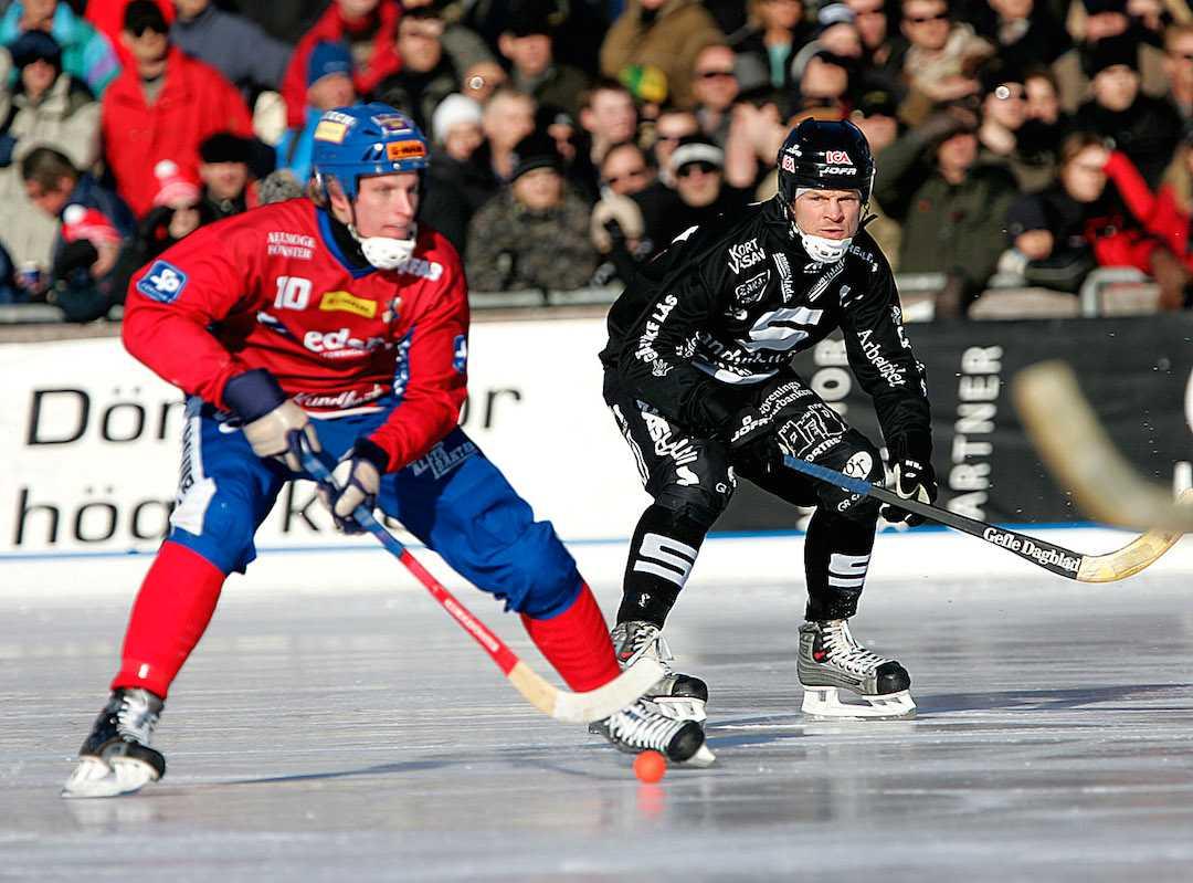 Fosshaug jagar Edsbyns Daniel Liw i SM-finalen 2005.