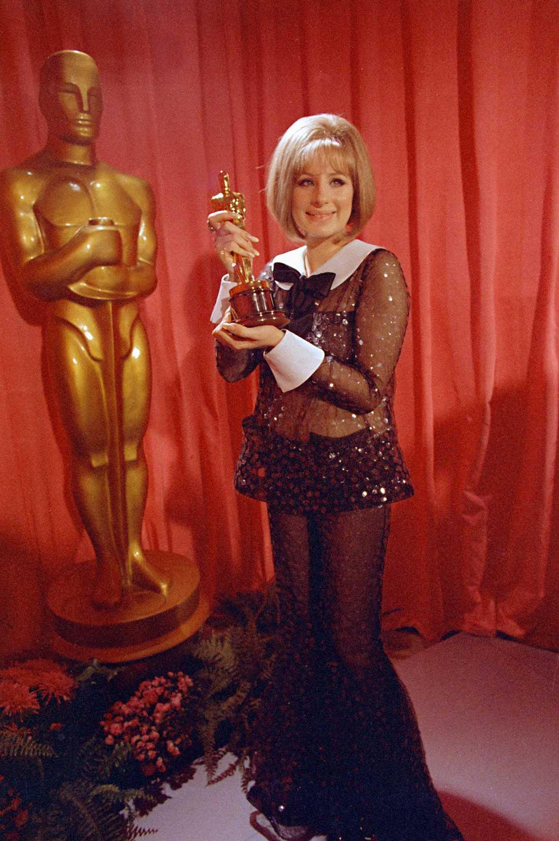 """Barbra Streisand 1969 """"Coola Barbra har alltid gått sin egna väg, så också när det gäller klädval. Alltså fick den här looken signerad Arnold Scaasi ganska mycket kritik från publiken. Idag ser vi byxdressar överallt, men då var det ett väldigt provocerande val med en genomskinlig onepiece, speciellt för ett så elegant tillfälle som Oscars...jag säger det igen: COOLA Barbra!"""""""