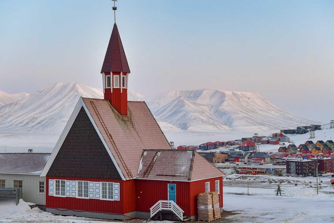 Svalbards kyrka är en av många byggnader i Longyearbyen som måste rustas upp för att stå emot ett mer extremt väder i framtiden.