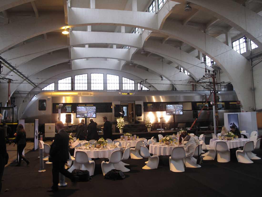 I början av nästa år rullar SJ3000 och SJ bjuder på festlunch i vagnhallen i Hagalund.
