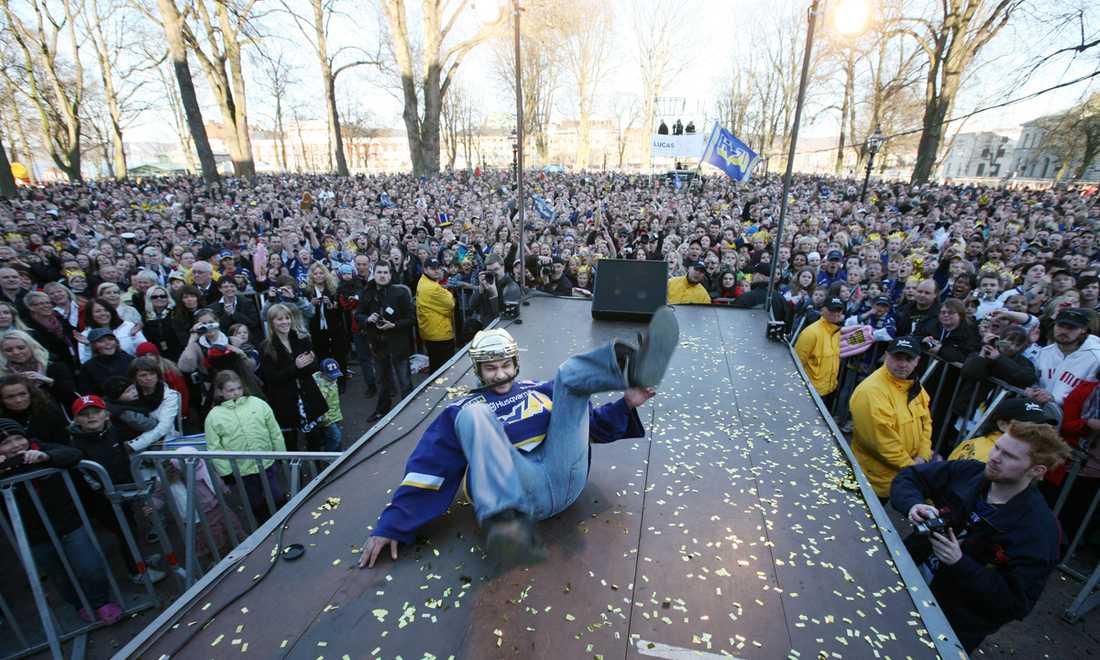 Stefan Liv firar inför 30 000 jublande fans efter SM-guldet 2008.