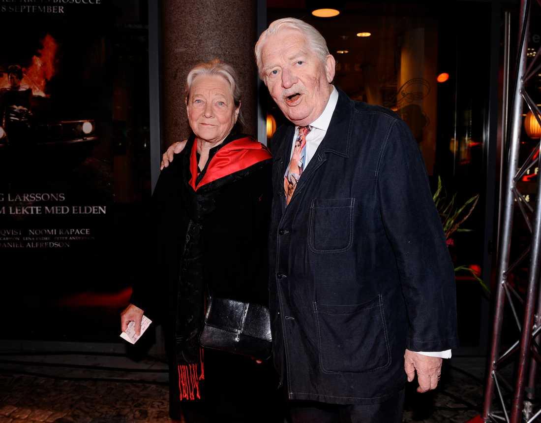 """Hasse Alfredson med sin maka Gunilla på biopremiären av filmen """"Flickan som lekte med elden"""", 2009."""