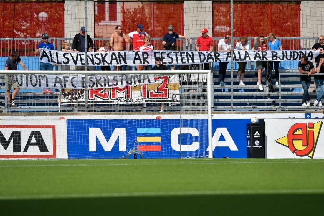 Kalmars supportrar med en banderoll