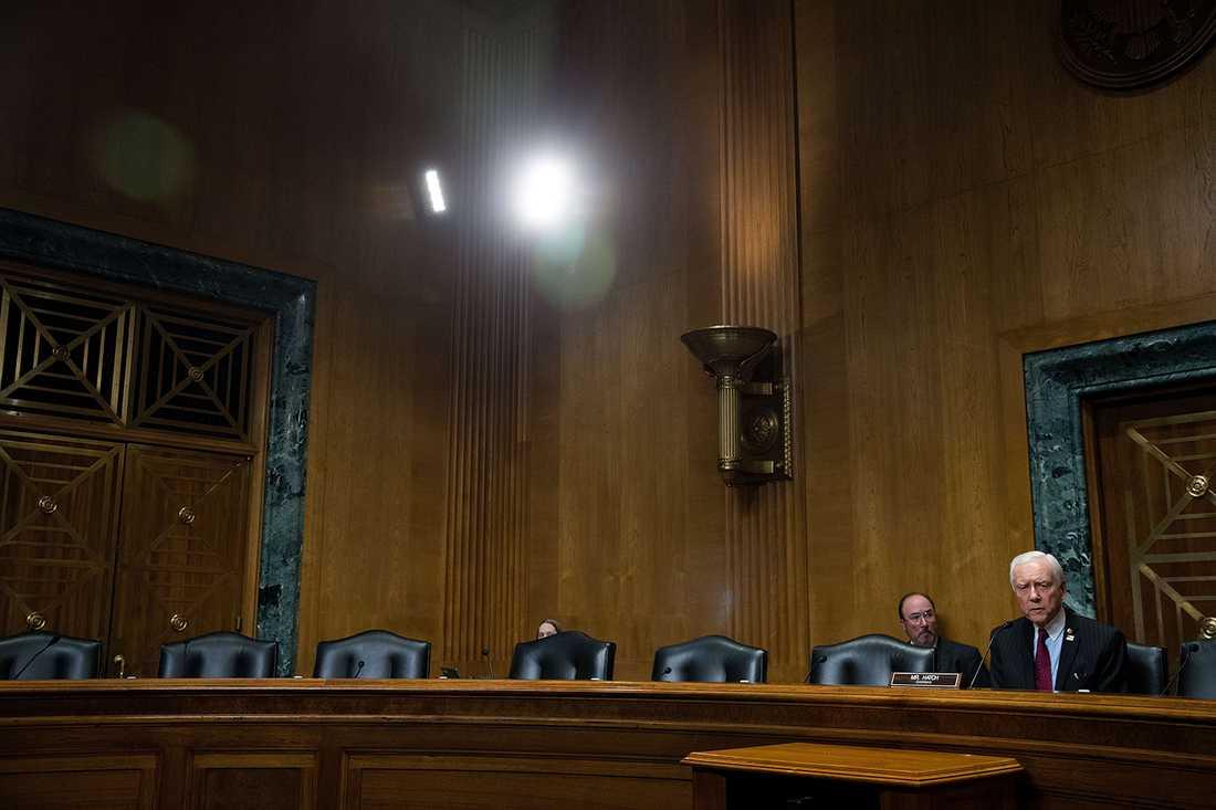 Orrin Hatch, republikansk ordförande i kommittén, bredvid de tomma stolarna i kongressen.