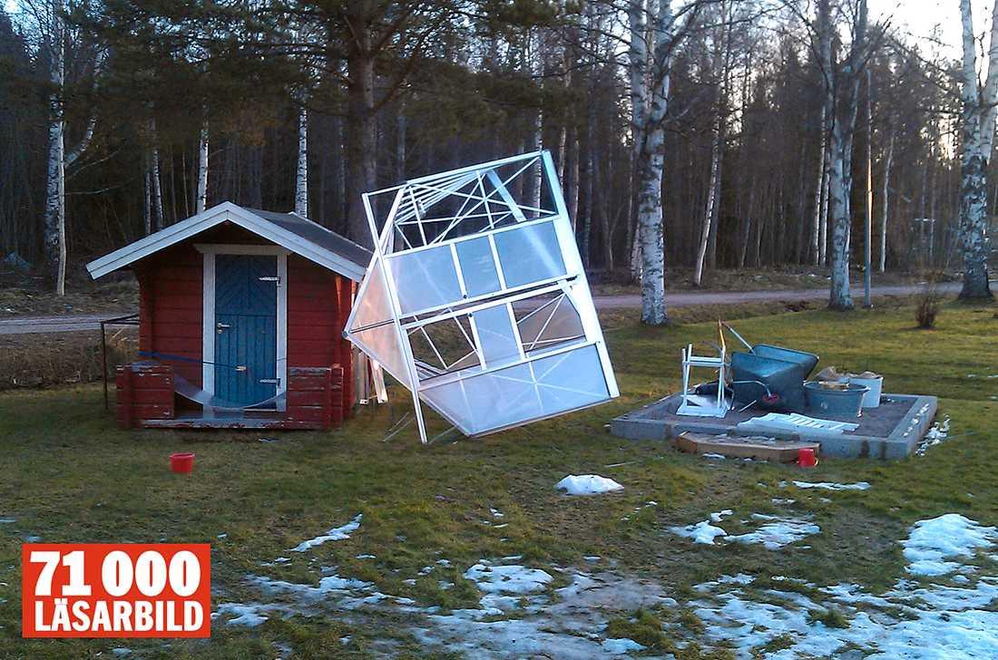 Tomas Mattsson i Djurås har skickat en bild av sitt växthus som blåst iväg.