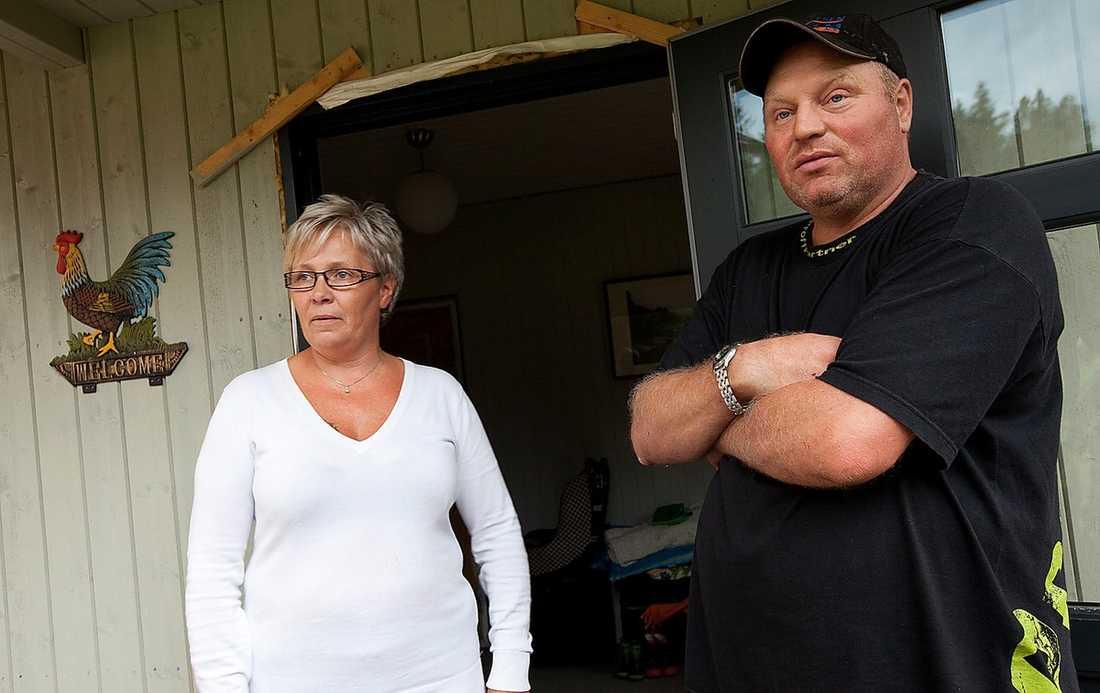 """GRANNAR MED MASSMÖRDAREN Grannen Anne Pedersen och hennes man Ragnar bor granne med Anders Behring Breivik i Rena. I våras kom han och presenterade sig efter att han flyttat in. """"Han sa att han skulle ha odlingar på gården och driva jordbruk"""", säger Anne."""