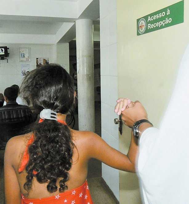 Den nioåriga flickan går in på sjukhuset hand i hand med en sköterska.