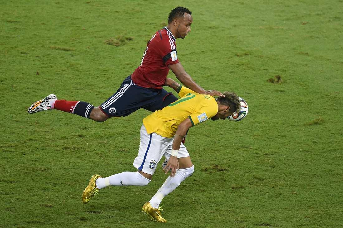 Neymar fick Juan Zunigas knä i ryggen...