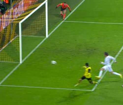 Så här nära var Dortmund att göra 3-0. Bollen tog i stolpen.