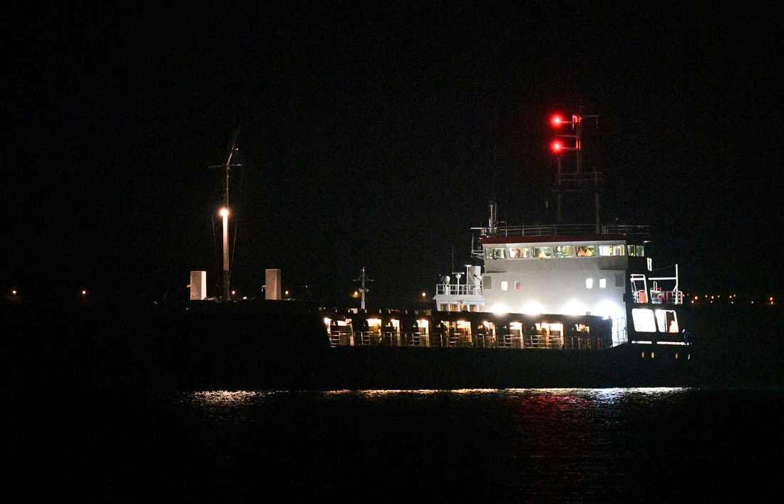 Fartyget står på grund nära land mellan Laröd och Hittarp norr om Helsingborg.