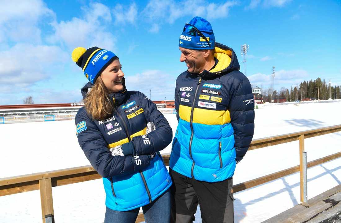 """Stina Nilsson tillsammans med skyttetränaren Jean-Marc Chabloz. """"Hon är den största talang jag sett"""", säger schweizaren."""