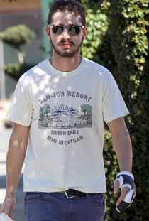 Shia LaBeouf med omplåstrad hand.