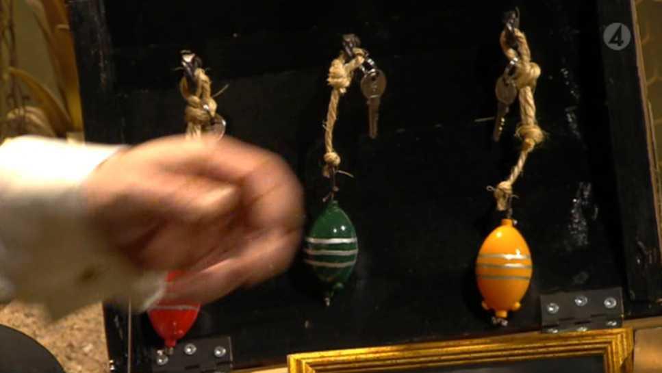 """Väl inne i den väljer hon den gula nyckeln """"eftersom det är påsk""""."""
