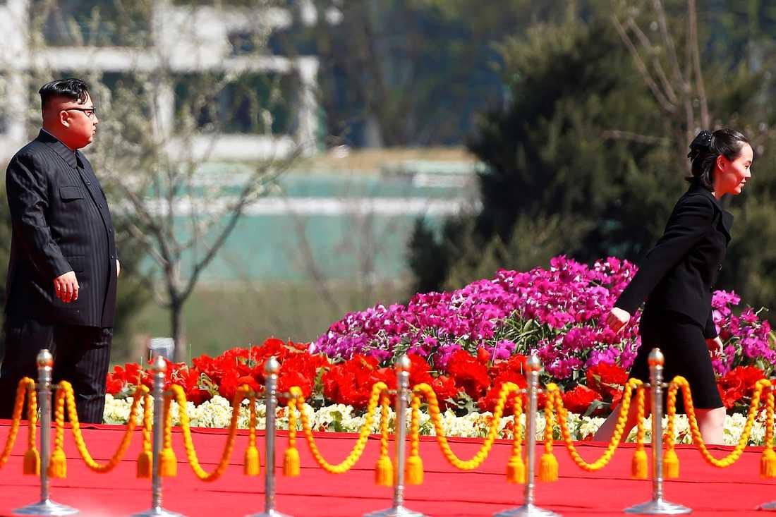 Nordkoreas ledare Kim Jong Un med sin syster Kim Yo Jong på en bild tagen under en ceremoni i huvudstaden Pyongyang i april i år.