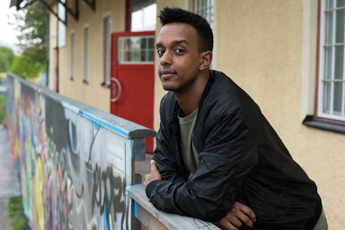 """""""Hemma pratade vi arabiska, tigrinja, italienska, svenska och engelska. Jag kunde hoppa mellan olika världar, ta del av dem. För mig känns det som att jag är uppvuxen i en guldgruva"""", säger Fares Hamed, 23."""