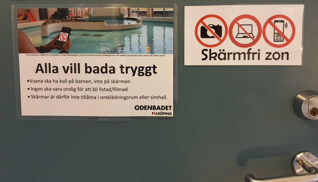 Skyltar om att skärmförbudet i badhuset.