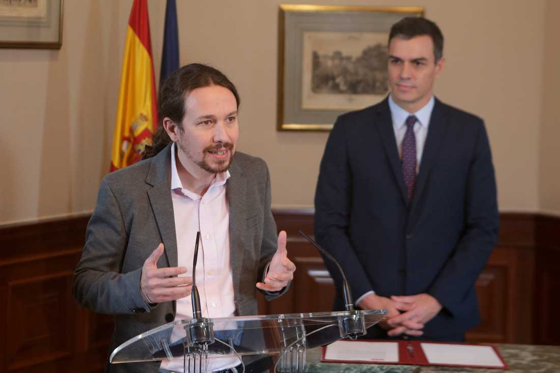 """Unidas Podemos-ledaren Pablo Iglesias kallar vänsterpakten """"ett vaccin mot extremhögern"""". Tillförordnade premiärministern Pedro Sánchez lyssnar."""