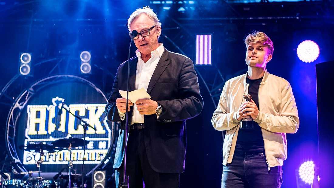 """Sandro Cavazza och Aviciis far Klas Bergling tog emot priset för """"Årets svenska låt"""" på Rockbjörnen 2018, för låten """"Without you"""", som Sandro skrev ihop med Avicii."""