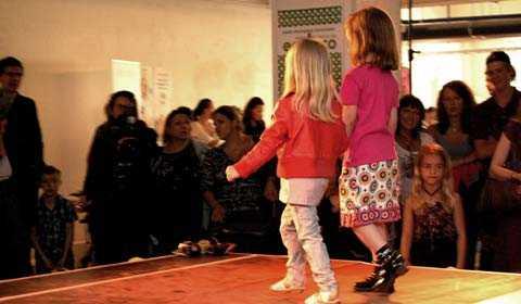 """Söta barn Två barn från företaget Cute Kids, under en klädvisning på Konstfack i Stockholm. """"Det är attityd och inte utseendet som är viktigt"""", säger företagets delägare Angela Weihs."""